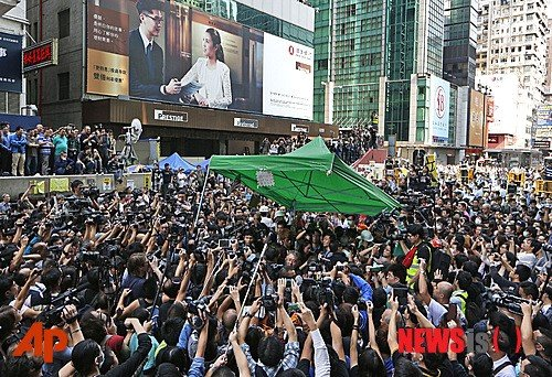 홍콩 시위가 59일째로 접어든 25일 당국이 대규모 시위 현장 철거 작업을 시행한 가운데 시위대 10여명이 체포됐다. 이날 까우룽 반도 몽콕 시위 현장에서 버스기사 단체 등이 고용한 집행관들이 이를 저지하는 붐비는 인파 속에서 시위대가 설치했던 텐트를 철거하고 있다. 2014.11.25 /사진=뉴시스