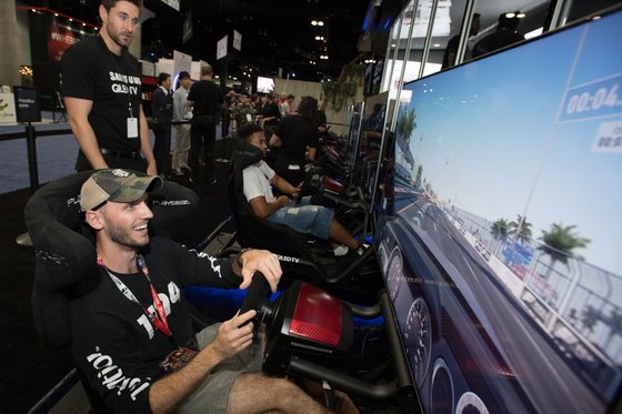 12일(현지시간) 미국 로스엔젤레스 컨벤션 센터에서 열린 게임쇼'E3 2018'에서 관람객들이 게임을 즐기고 있다. / 사진제공=뉴스1