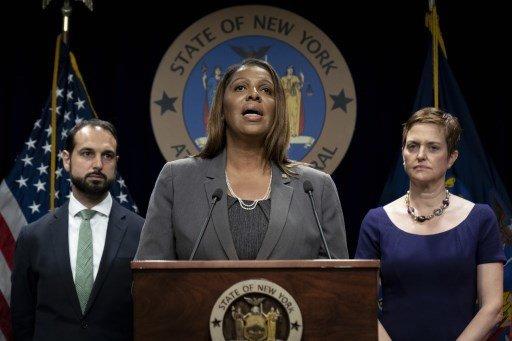 기자회견 중인 레티샤 제임스 미국 뉴욕주 검찰총장(가운데)/사진=AFP