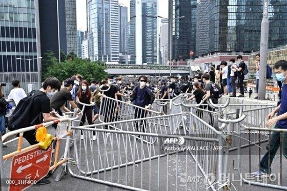 홍콩 시위대들이 12일(현지시간) 정부 청사 인근에서 바리케이티를 설치하고 있다. /사진=AFP