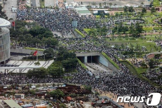12일(현지시간) '범인 인도법안' 철회를 요구하는 시민들이 홍콩 정부청사 인근 도로를 봉쇄하며 시위를 하고 있다. © AFP=뉴스1 © News1 우동명 기자