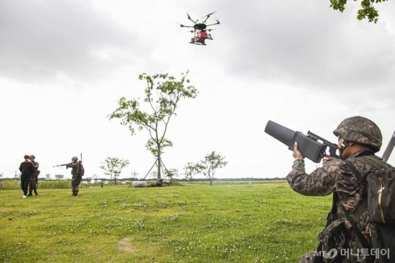 육군53사단 5분 대기조가 삼락생태공원에 등장한 불법 드론을 재밍건으로 제압해 강제 착륙 시키고 있다./사진제공=SK텔레콤