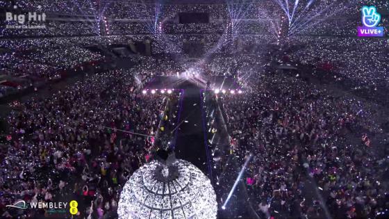 지난 1일 영국 웸블리 스타디엄에서 열린 BTS 공연의 브이 라이브 생중계 캡처. /사진제공=네이버.