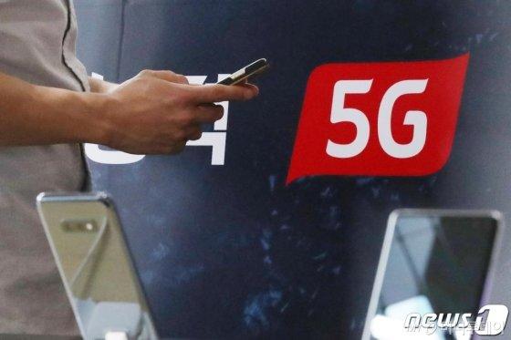 10일 오후 서울 종로구 KT플라자 광화문점에서 한 고객이 스마트폰을 이용하고 있다. /사진=뉴스1.