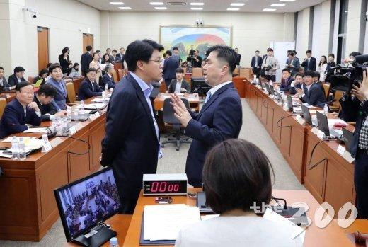 자유한국당 장제원(왼쪽), 더불어민주당 김종민 의원이 4월30일 오전 서울 여의도 국회에서 열린 정개특위에서 언쟁을 하고 있다./사진=이동훈 기자