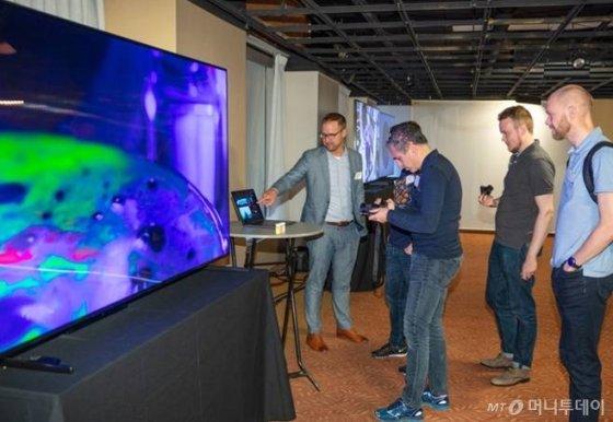 디스플레이 업계 전문가들이 11일(현지시간) 미국 뉴욕 맨해튼에서 열린 '8K 디스플레이 서밋'에서 삼성 QLED TV로 8K 화질을 체험하고 있다./사진제공=삼성전자
