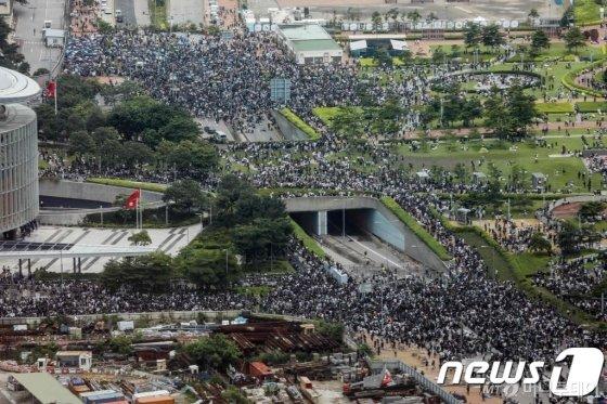 (홍콩 AFP=뉴스1) 우동명 기자 = 12일(현지시간) '범죄인 인도법안' 철회를 요구하는 시민들이 홍콩 정부청사 인근에서 도로를 봉쇄하며 시위를 하고 있다. 홍콩 의회인 입법회는 이날부터 '범죄인 인도 법안' 2차 심의를 시작했다.   © AFP=뉴스1  <저작권자 © 뉴스1코리아, 무단전재 및 재배포 금지>