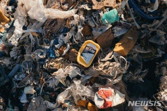 """그린피스는 지난해 12월10일 한국 업체가 필리핀에 불법 수출한 플라스틱 쓰레기의 사진을 공개했다. 그린피스는 """"한국에서 두 차례 불법 수출한 플라스틱 쓰레기 6500톤은 둘로 나뉘어 5100톤은 미사미스 오리엔탈 소재 베르데 소코 소유 부지에 방치되어 있고 나머지 쓰레기 1400톤은 미사미스 오리엔탈 터미널에 있는 51개 컨테이너에 압류 보관되어 있다""""고 전했다. 2018.12.10. (사진=그린피스 제공)"""
