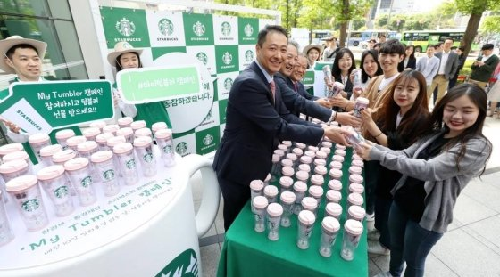 지난 5월8일 서울 종로구 종로타워 앞에서 열린 스타벅스 '마이 텀블러' 캠페인 행사에서 시민들이 텀블러를 받고 있다. 2019.05.08.   /사진=뉴시스
