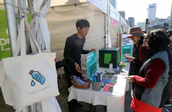 지난해 10월19일 오전 서울 종로구 광화문광장에서 열린 시민과 함께하는 1회용 플라스틱 없는 서울 행사에서 시민들이 에코백을 살펴보고있다. 2018.10.19.  /사진=뉴시스