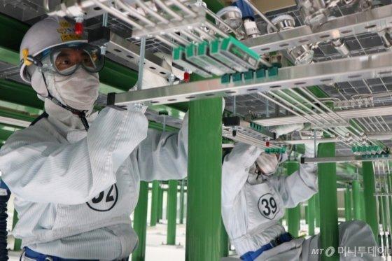 삼성전자가 지원하는 '반도체 정밀 배관 기술 아카데미'에서 교육생들이 실무 교육을 받고 있다./사진제공=삼성전자