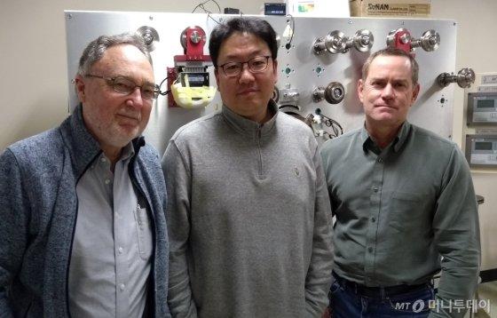 한승용 서울대 전기정보공학부 교수(가운데)/사진제공=삼성전자