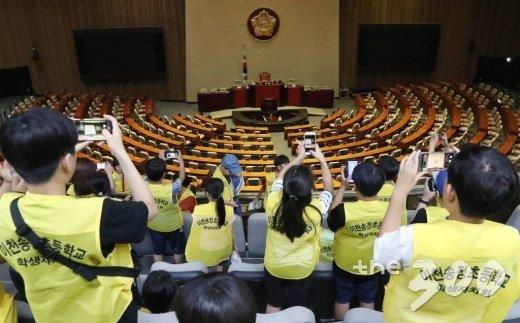12일 오후 서울 여의도 국회를 견학한 어린이들이 텅빈 본회의장을 바라보고 있다./사진=홍봉진 기자
