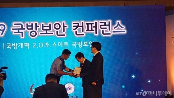 홍기융 대표이사가 13일 개최된'2019 국방보안 컨퍼런스'개회식에서 군사안보지원사령관 공로패를 수상하고 있다./사진제공=시큐브