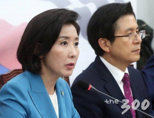 자유한국당 나경원 원내대표(왼쪽)가 13일 오후 서울 여의도 국회에서 열린 최고위원회의에서 발언하고 있다. / 사진=홍봉진 기자 honggga@