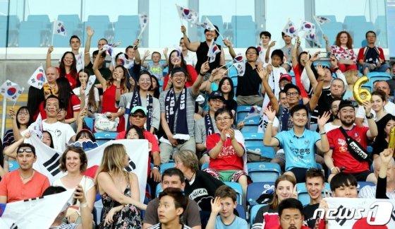 11일 오후(현지시간) 폴란드 아레나 루블린에서 열린 '2019 국제축구연맹(FIFA) U-20 월드컵' 4강전 대한민국과 에콰도르의 경기에서 교민 등 한국 응원단이 태극기를 흔들며 즐거워 하고 있다. /사진=뉴스1