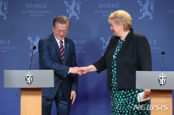 【오슬로(노르웨이)=뉴시스】전신 기자 = 노르웨이를 국빈 방문 중인 문재인 대통령이 13일 오슬로 총리관저에서 에르나 솔베르그 총리와 공동기자회견을 한 뒤 악수하고 있다. 2019.06.13.   photo1006@newsis.com