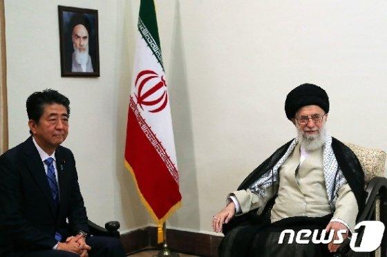 아베 신조 일본 총리와 이란 최고지도자인 아야톨라 알리 하메네이. © AFP=뉴스1