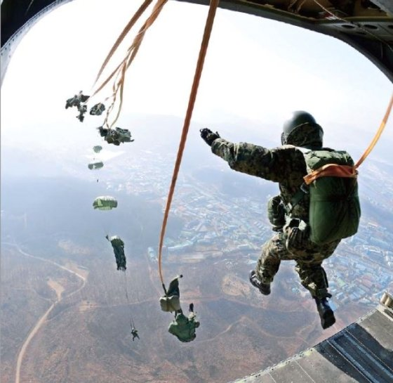특전사 요원들의 고공강하훈련 / 사진제공 = 육군
