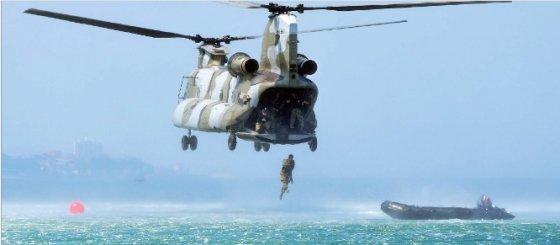 특전사 요원들의 해상침투훈련 / 사진제공 = 육군