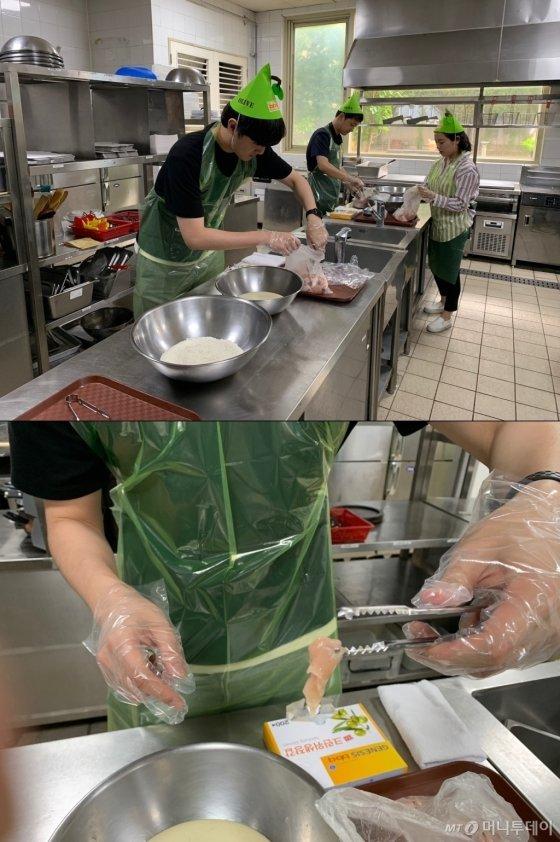 14일 오후 5시 경기 이천 치킨대학에서 기자가 닭 조각을 반죽물로 옮기는 모습(위). 집게로 닭을 너무 세게 집어서 고기 일부가 뜯어졌다(아래)./사진=이강준 기자