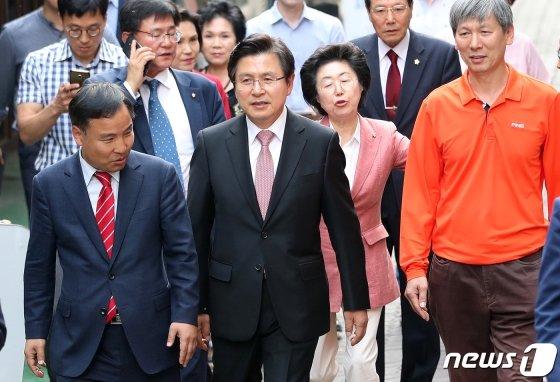 황교안 자유한국당 대표가 14일 오후 민생현장 방문의 일환으로 서울 성동구 성수동 수제화거리를 방문하고 있다. / 사진제공=뉴스1