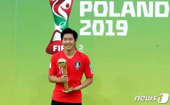 U-20 축구대표팀 이강인 선수가 16일 오전(한국시간) 폴란드 우치 스타디움에서 열린 '2019 국제축구연맹(FIFA) U-20 월드컵' 결승전 대한민국과 우크라이나의 경기에서 3:1로 패하며 준우승을 차지한 가운데 골든볼을 수상한 후 포즈를 취하고 있다./사진=뉴스1