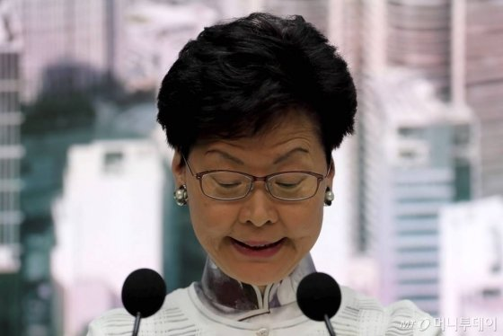 【홍콩=AP/뉴시스】캐리 람 홍콩 행정장관은 15일(현지시간) 정부청사에서 열린 긴급 기자회견에서 발언하고 있다. 람 장관은 '범죄인 인도법' 개정을 무기한 연기한다고 밝혔다. 2019.06.15