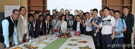 세계피부과학회(WCD) 2019에 참석 후 리제네라 연구소를 방문한 의사들과 리제네라 유통업체 관계자들이 기념사진을 찍고 있다./사진=김유경 기자