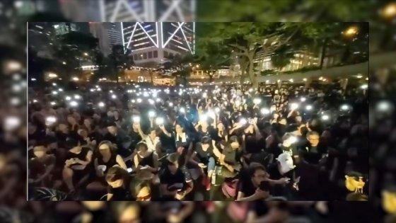 지난 14일 밤 홍콩에서 열린 '범죄인 중국 인도 조례'(송환법)에 반대하는 홍콩 어머니 집회에서 시민들이 '임을 위한 행진곡'을 따라부르고 있다. /사진=Amour Math 유튜브 영상 캡처