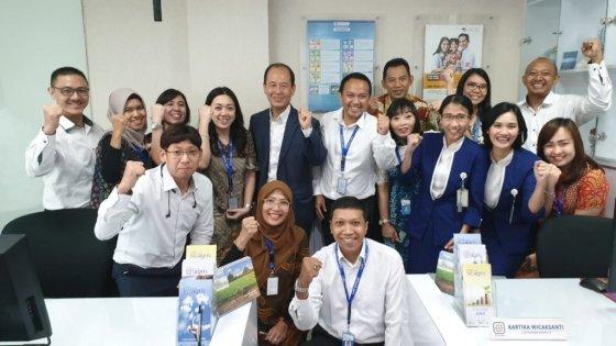 박주용 IBK인도네시아은행 설립준비위원장(가운데)과 현지 직원들/사진제공=IBK기업은행