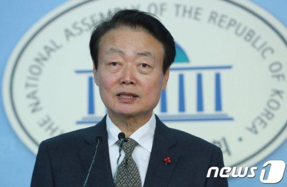 한선교 자유한국당 의원이 2017년 11월28일 오후 서울 여의도 국회 정론관에서 원내대표 경선 출마 기자회견을 하고 있다./사진=뉴스1