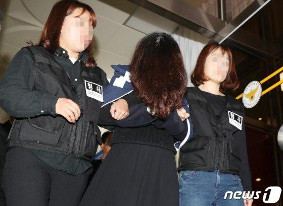고유정이 지난 12일 제주 동부경찰서에서 제주지검으로 송치되고 있다./사진=뉴스1