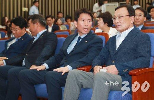 더불어민주당 이해찬 대표(오른쪽), 이인영 원내대표가 17일 오후 서울 여의도 국회에서 자유한국당을 제외한 국회소집을 논의하는 의원총회에 앞서 대화를 하고 있다. / 사진=이동훈 기자 photoguy@