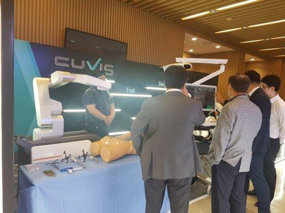 큐렉소는 지난 15일 척추신기술학회에서 척추수술로봇 '큐비스-스파인'을 공개했다./사진=큐렉소