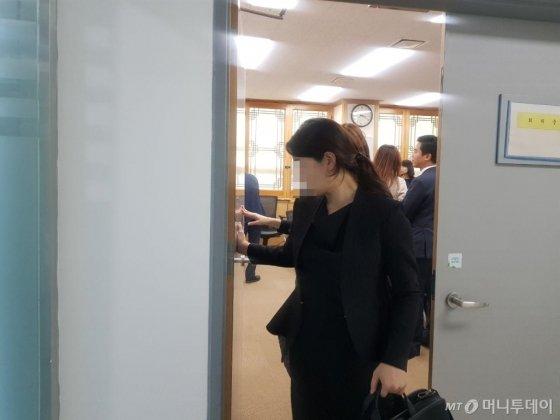 코오롱생명과학 측 참석자가 18일오송 식품의약품안전처에서 열린 인보사 품목허가 취소 청문회가 종료된 후 회의실에서 나오고 있다./사진=김근희 기자
