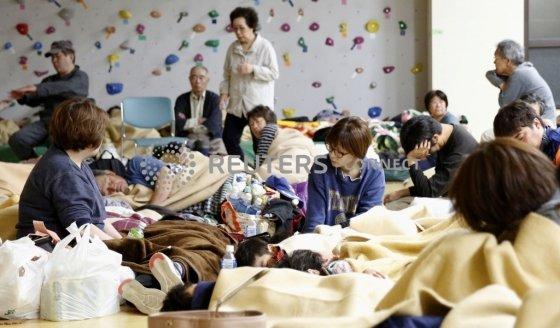 18일 밤, 일본 니가타현 주민들이 근처 체육관으로 대피하고 있다. /사진=로이터