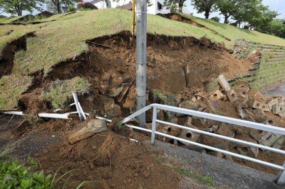 19일 밤 발생한 지진으로 일본 니가타현 무라카미시의 언덕이 지진으로 인해 무너져내렸다. /사진=AFP