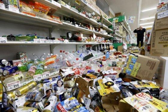 지진 피해를 입은 일본 야마가타현의 한 슈퍼마켓. /사진=로이터