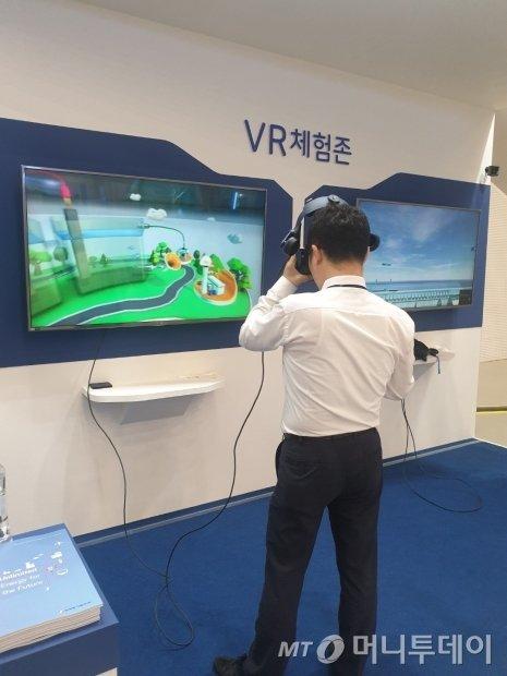 19일 서울 동대문디자인플라자(DDP)에서 열린 '2019 대한민국 수소엑스포' 한국동서발전 부스에서 관람객이 가상현실(VR) 체험을 통해 이산화탄소 활용 수소전력생산시스템 원리를 배우고 있다./사진=권혜민 기자