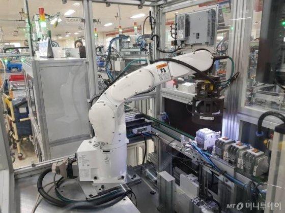 청주시 흥덕구 일반산업단지에 위치한 {LS산전} 제1사업장에서 로봇 팔이 개폐기 외관검사를 진행하고 있는 모습/사진=이정혁 기자