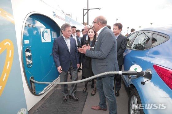 【파리(프랑스)=뉴시스】전신 기자 = 문재인 대통령이 14일(현지시간) 프랑스 파리 도심인 알마광장에서 가스 업체 에어 리퀴드가 운영 중인 수소 충전소를 방문해 현대자동차의 수소 전기차 &#39;투싼&#39;을 운전하고 있는 택시기사와 대화하고 있다. 2018.10.15. (사진=청와대 제공)   photo@newsis.com  <저작권자ⓒ 공감언론 뉴시스통신사. 무단전재-재배포 금지.>