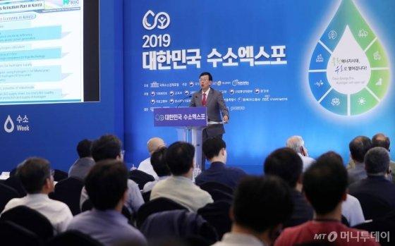 이홍기 교수 겸 IEC/TC105 WG10 의장이 19일 서울 중구 동대문디자인플라자(DDP)에서 국회수소경제포럼 주최, 머니투데이·국가기술표준원·수소융합얼라이언스추진단 공동 주관으로 열린 '2019 대한민국 수소엑스포'에서 '한국의 수소경제 국제표준화 추진 방향'에 대해 발표하고 있다. <br><br>'2019 대한민국 수소엑스포'는 우리 경제의 미래 성장동력으로 부상하고 있는 수소 관련 산업 및 과학기술의 현주소와 정책방향, 향후 발전 방향을 종합적으로 소개한다. / 사진=김휘선 기자 hwijpg@