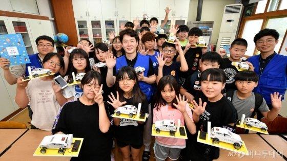 충주 대소원 초등학교에서 초등학생들이 현대모비스가 진행하는 주니어공학교실에 참가해 직접 만든 '수소전기차 과학키트'를 들어 보이고 있다. /사진제공=현대모비스