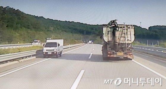 지난 4일 충남 공주시 당진-대전고속도로에서 조현병을 앓고 있는 40대 운전자의 역주행으로 3명의 사망자가 발생했다. 사진은 40대 운전자가 사고 나기 전 역주행을 하는 모습/사진=독자 제공