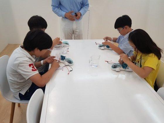 초등학생들이 지난 19일 2019 대한민국 수소엑스포 현대자동차 부스에 마련된 어린이 과학교실에 참여하고 있다./사진=안정준 기자