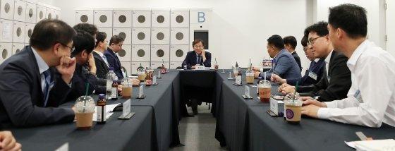 권칠승 더불어민주당 의원이 20일 서울 중구 동대문디자인플라자(DDP)에서 국회수소경제포럼 주최, 머니투데이·국가기술표준원·수소융합얼라이언스추진단 공동 주관으로 열린 '2019 대한민국 수소엑스포'에서 기업인 간담회를 갖고 있다. / 사진=김창현 기자 chmt@