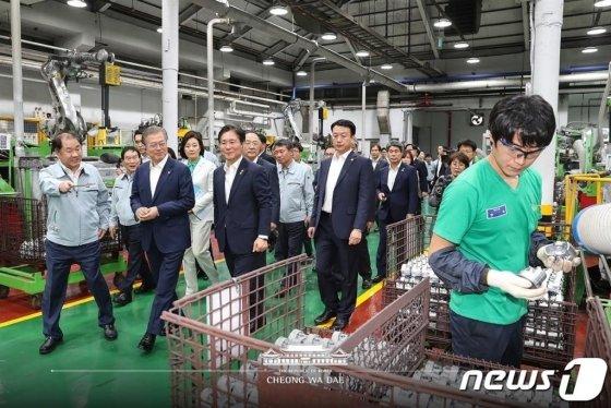 문재인 대통령이 19일 오후 자동차 부품 생산업체인 경기도 안산 동양피스톤에서 생산 라인을 둘러보고 있다./ 사진= 청와대 페이스북