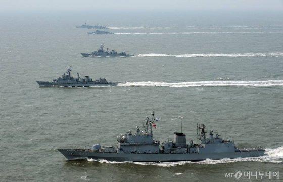 2011년 천안함 피격 1주기를 맞아  연평도 인근 바다에서 해군 해상기동훈련이 실시된 가운데 구축함 양만춘함(맨앞)을 비롯한 호휘함, 초계함들이 일렬로 물살을 가르며 나가고 있다./사진=머니투데이 DB