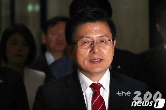 황교안 자유한국당 대표가 20일 서울 여의도 국회에서 열린 최고위원회의에 참석하고 있다. /사진=뉴스1<br>